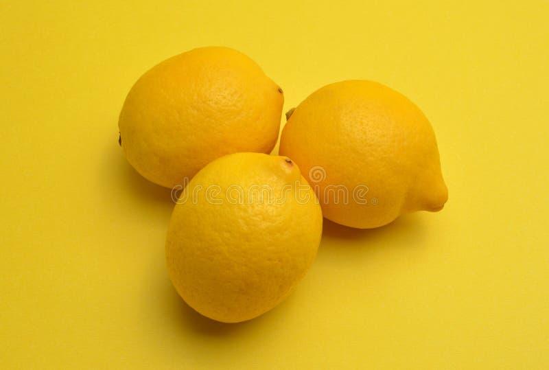Limones en fondo amarillo foto de archivo libre de regalías
