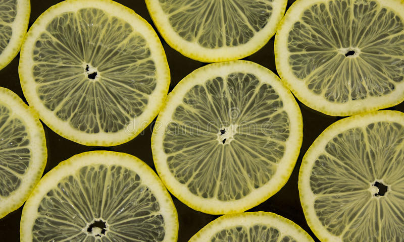 Limones en fondo negro imagenes de archivo