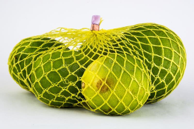 limones en red amarilla imagen de archivo libre de regalías