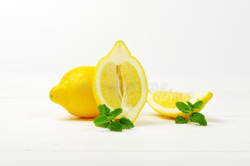 Limones en un fondo blanco del estudio fotos de archivo libres de regalías