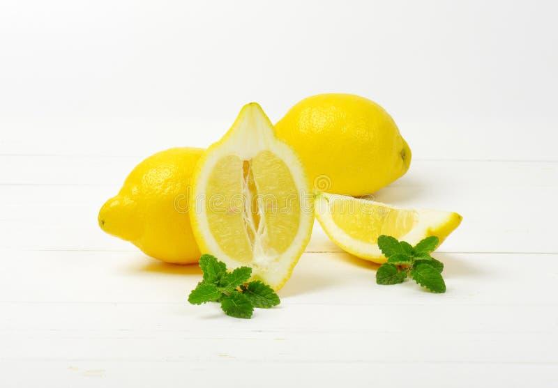 Limones en un fondo blanco del estudio imágenes de archivo libres de regalías