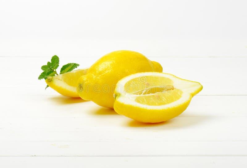 Limones en un fondo blanco del estudio fotos de archivo