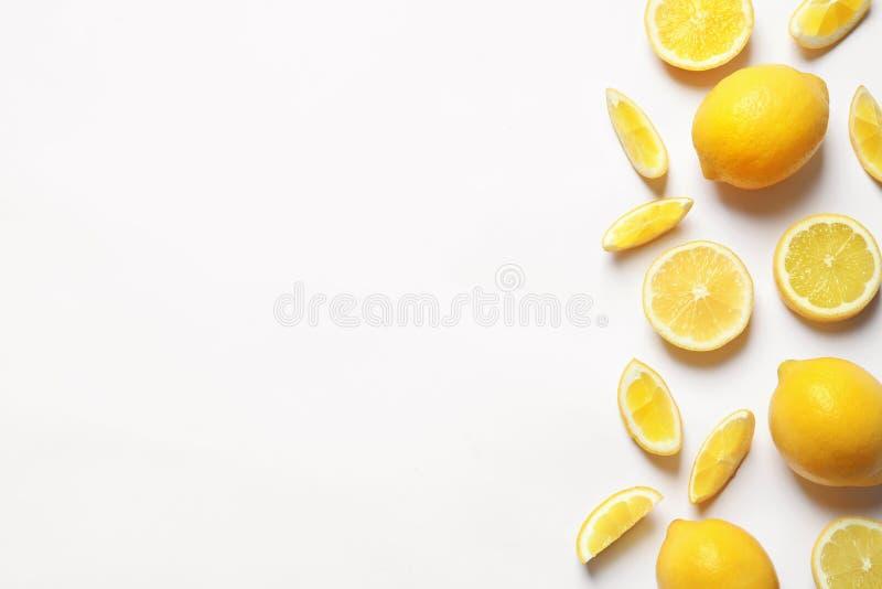 Limones frescos en el fondo blanco, visión superior imágenes de archivo libres de regalías