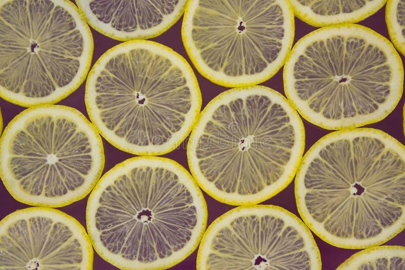 Limones frescos en un fondo púrpura fotos de archivo libres de regalías