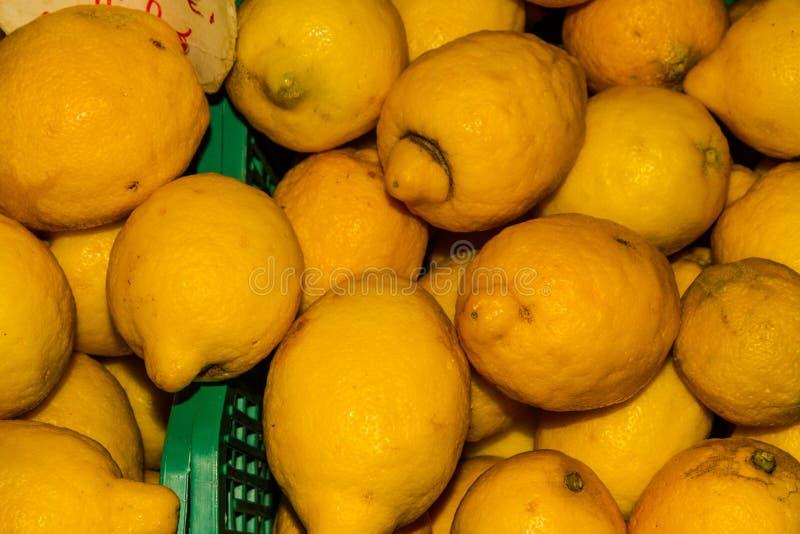 Limoni accatastati sulla stalla del mercato fotografia stock libera da diritti
