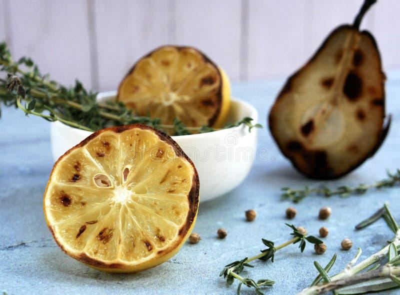 Limoni ed erbe arrostiti immagini stock libere da diritti