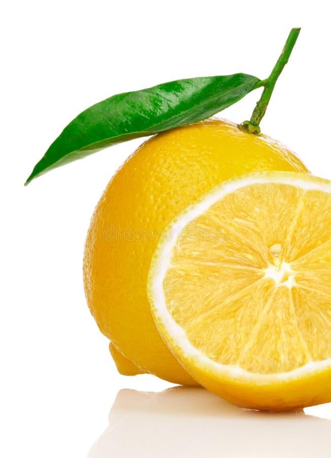 Limoni freschi con i fogli di verde e del taglio immagine stock