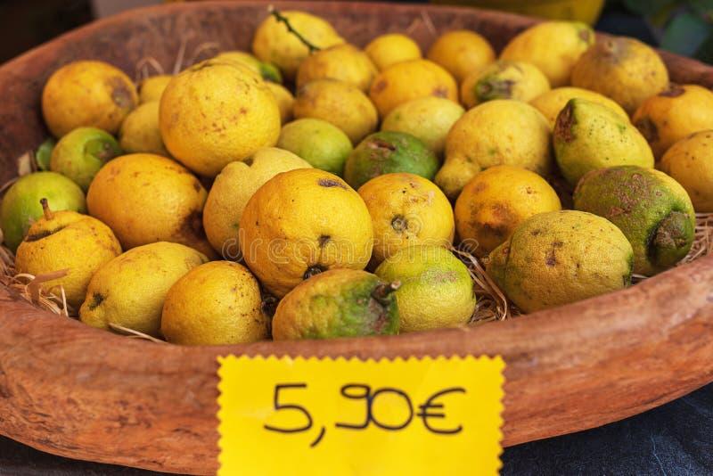Limoni maturi organici in canestro di legno appena selezionato venduto in un mercato di frutta dalla Sicilia immagini stock