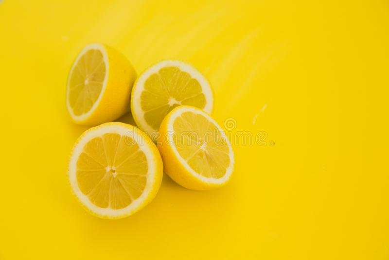 Limoni su fondo giallo immagini stock