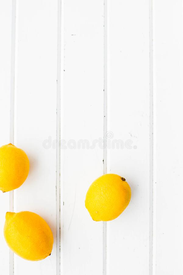Limoni su un fondo di legno bianco fotografia stock