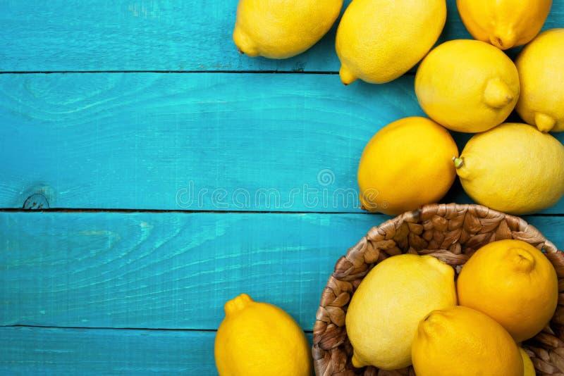 Limoni sui ciano precedenti luminosi fotografie stock