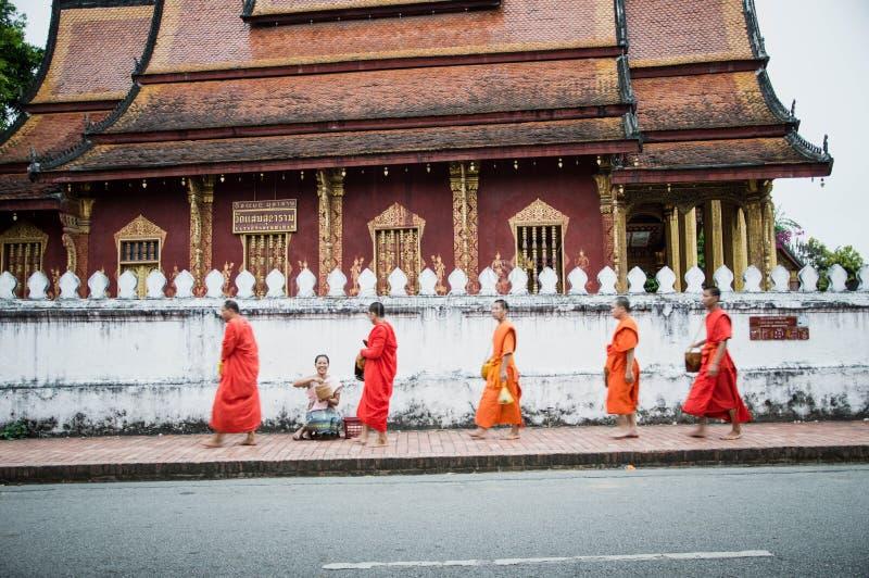 Limosnas de la mañana que ofrecen en Luang Prabang, Laos foto de archivo libre de regalías