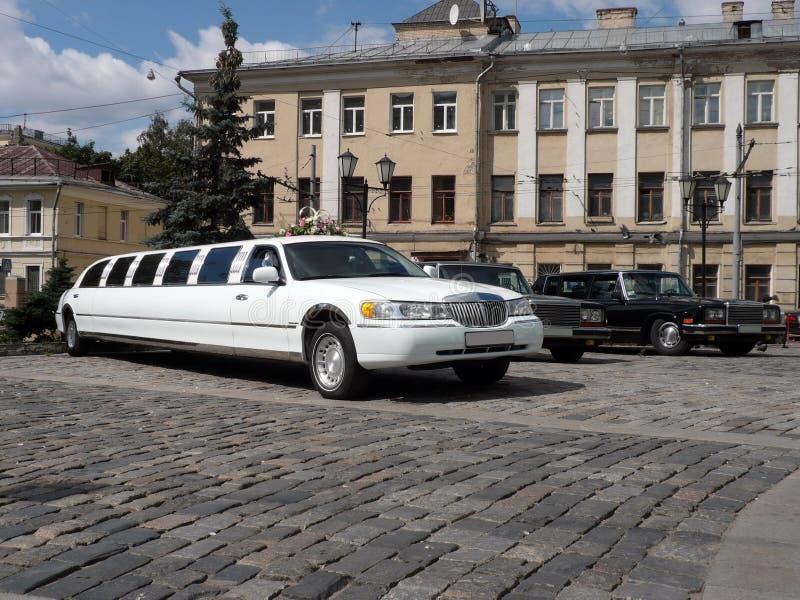 Limousine bianche di cerimonia nuziale fotografia stock libera da diritti