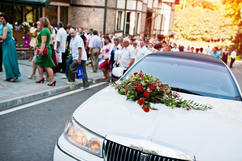 Limousine blanche élégante avec un bouquet des fleurs sur le capot, b images stock