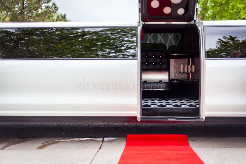Limousine blanche avec la porte ouverte de invitation photos stock