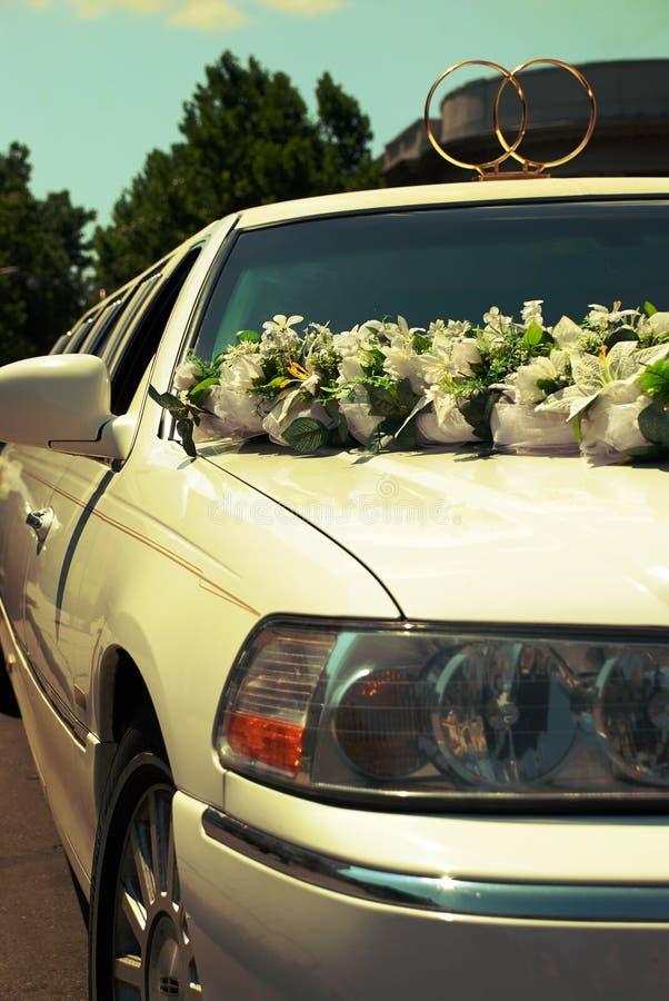 Limousine blanche de luxe de mariage attendant devant un palais photos stock