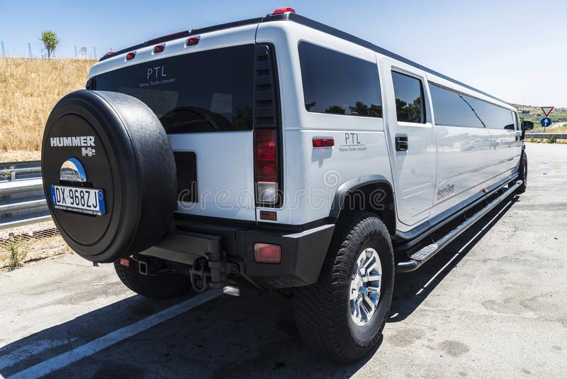 Limousine blanche de luxe de la marque Hummer en Sicile, Italie photographie stock