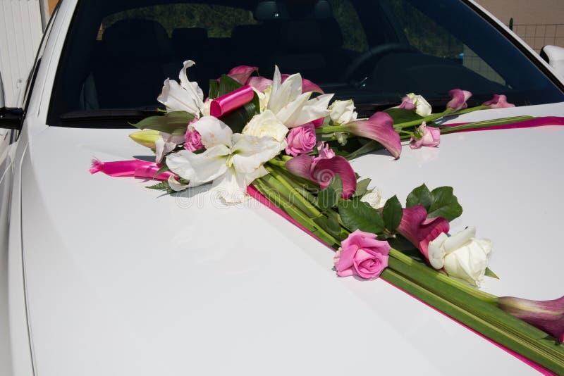 Limousine, décorée des fleurs - blanc et rose photographie stock libre de droits