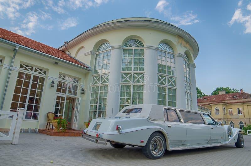 Limousine d'annata accanto al castello in Raudondvaris immagine stock