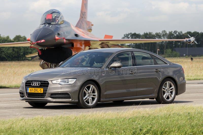 Limousine d'Audi A6 et F-16 image stock