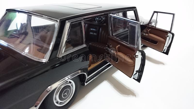 Limousine de portes ouvertes du pullman LWB de Mercedes Benz S600 photos libres de droits