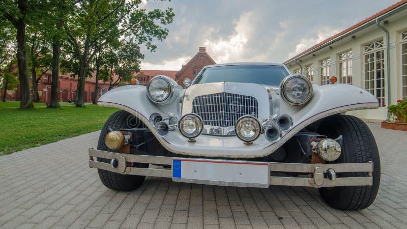 Limousine de vintage à côté de château dans Raudondvaris photographie stock libre de droits