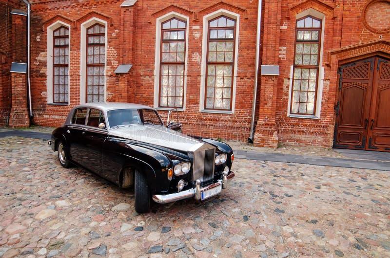 Limousine de vintage à côté de château dans Raudondvaris photographie stock