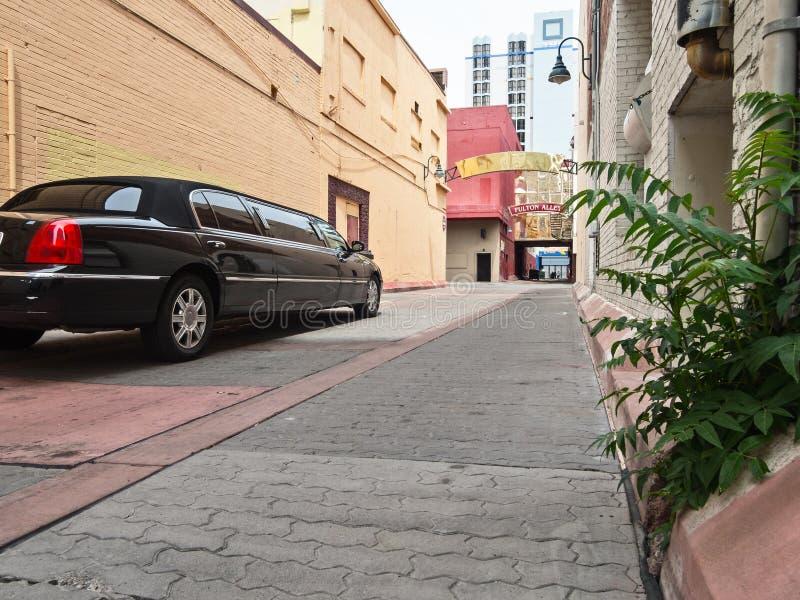 Limousine i en tillbaka gränd royaltyfria foton
