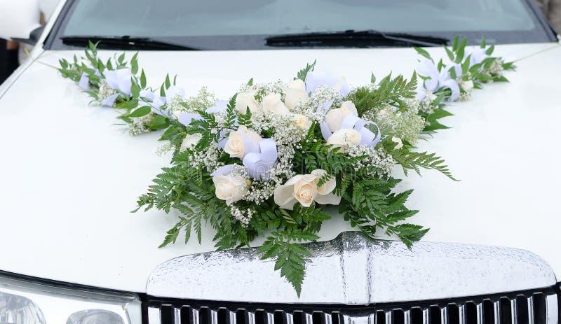 Limousine met huwelijksboeket royalty-vrije stock afbeeldingen