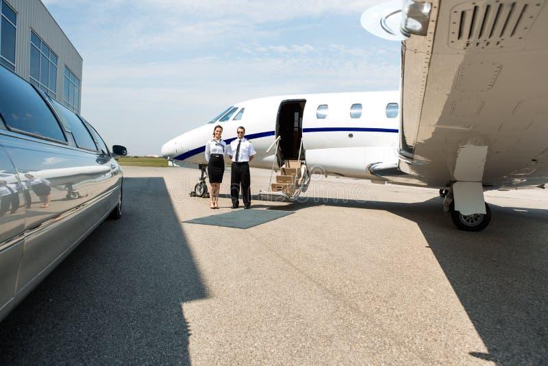 Limousine ordonnée d'And Pilot Standing d'hôtesse et photo libre de droits