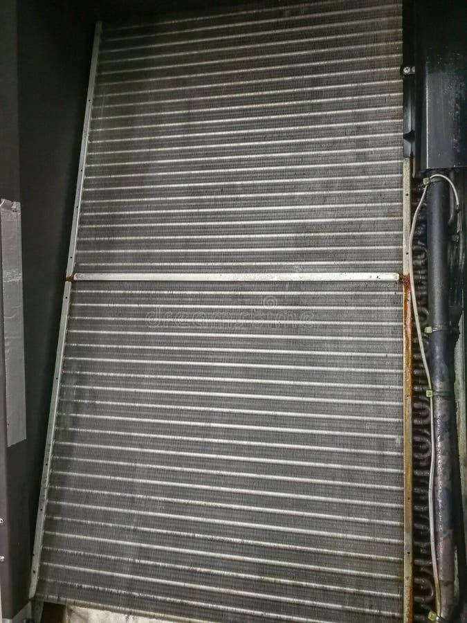 Limpado no refrigerador da bobina ou na aleta do alumínio do cooller industrial do ar foto de stock royalty free