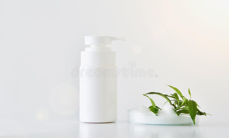 Limpador natural da cara, bomba da espuma dos cosméticos foto de stock