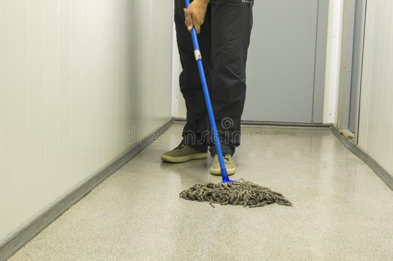 Limpando a casa Limpeza do assoalho com um espanador Trazendo a ordem purity imagens de stock royalty free
