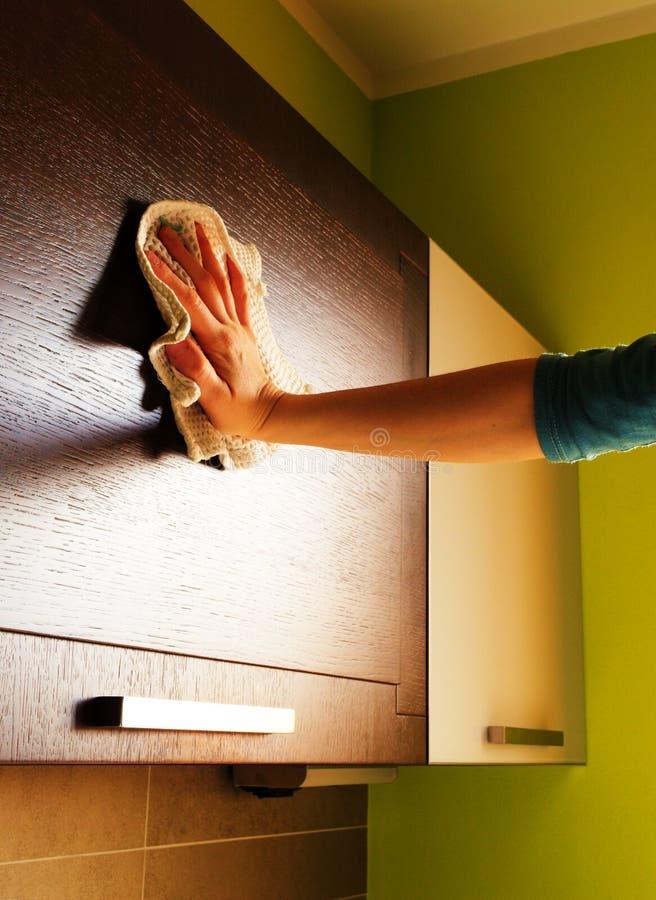 Limpando a cozinha foto de stock