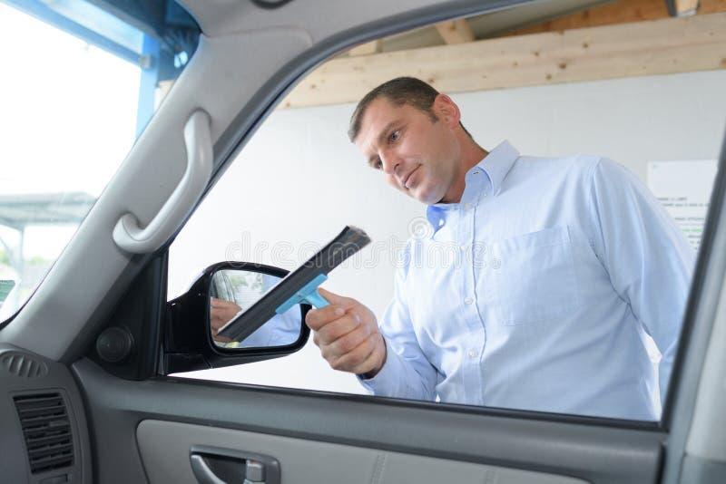 Limpando a janela de carro imagem de stock royalty free