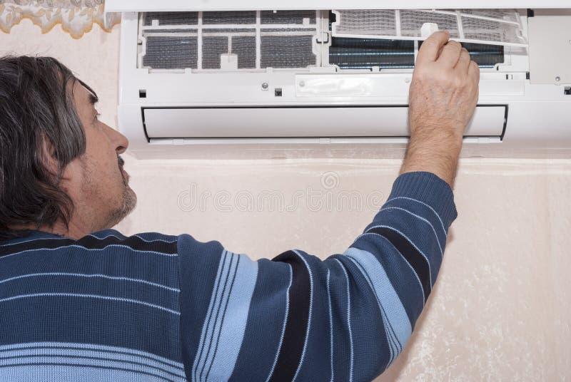 Limpando o condicionador de ar fotos de stock