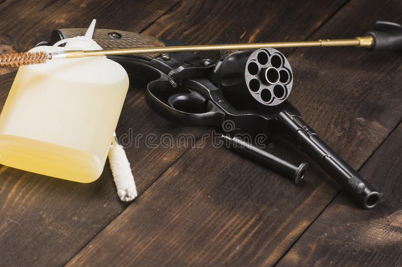 Limpando um revólver antigo em uma tabela fotografia de stock