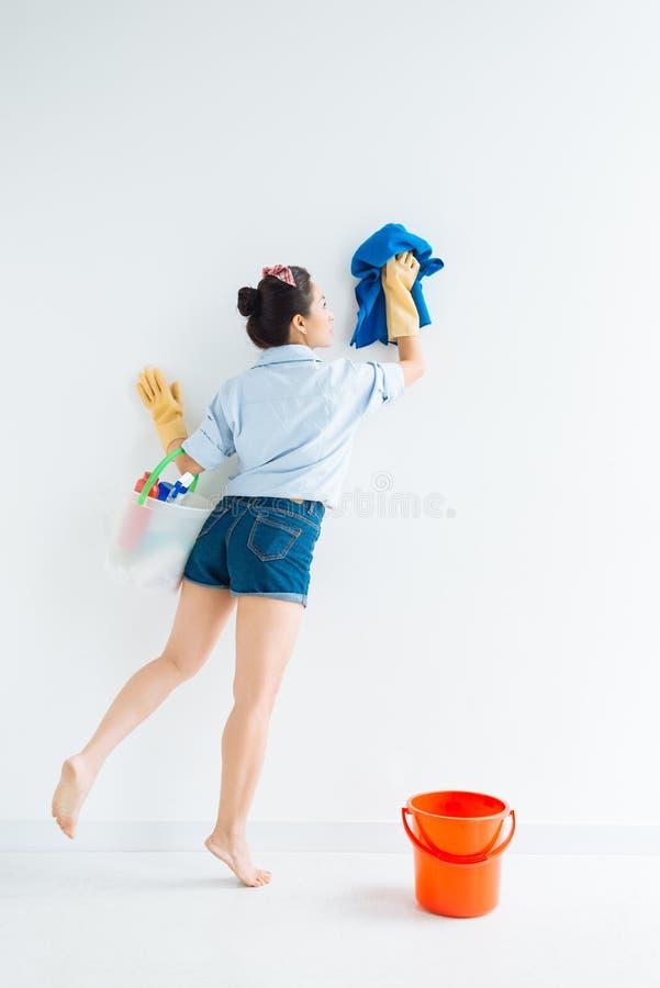 Limpando uma parede foto de stock royalty free