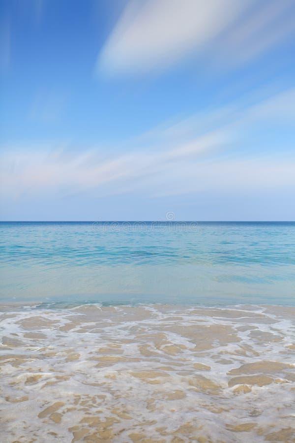 Limpe a água do mar e o céu azul agradável foto de stock royalty free