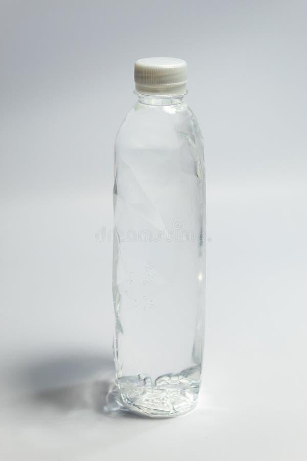 Limpe a água potável empacotada na garrafa plástica clara fotos de stock