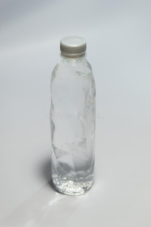 Limpe a água potável empacotada na garrafa plástica clara imagem de stock