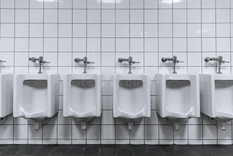 Limpe a fileira masculina do toalete dos mictórios em um toalete público fotografia de stock royalty free