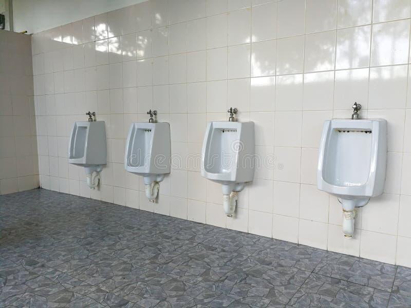 Limpe homens dos mictórios no toalete do posto de gasolina fotografia de stock royalty free