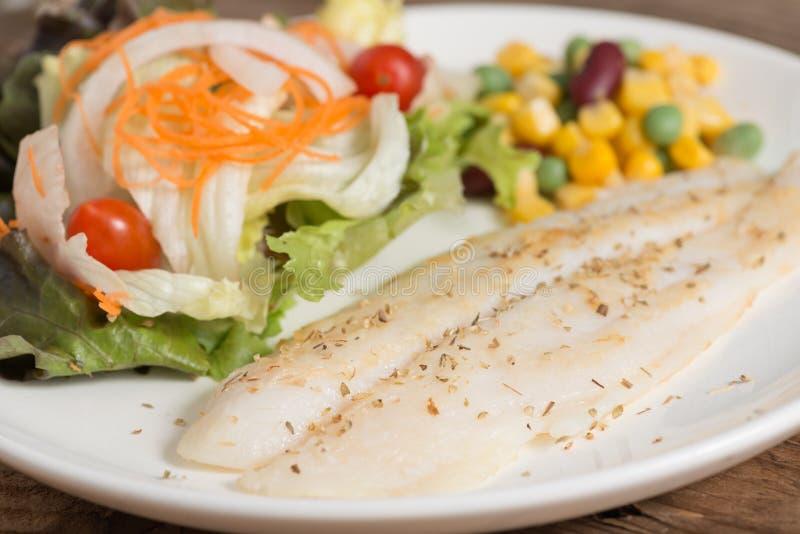 Limpe o alimento, bife de vaca dos peixes com vegetais de salada imagens de stock royalty free