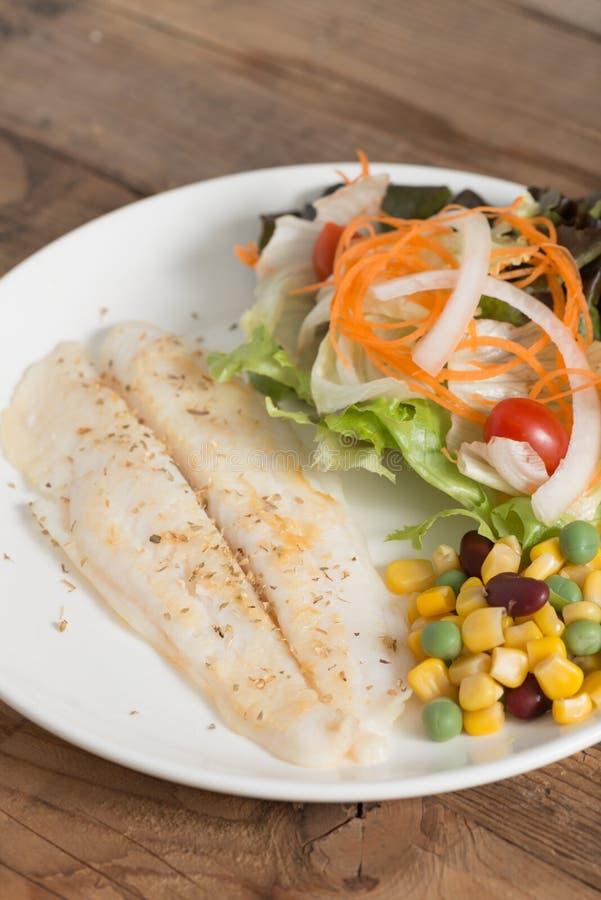 Limpe o alimento, bife de vaca dos peixes com vegetais de salada fotografia de stock