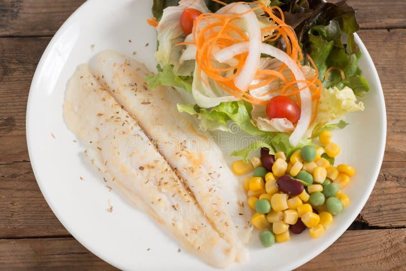 Limpe o alimento, bife de vaca dos peixes com vegetais de salada Vista superior fotografia de stock
