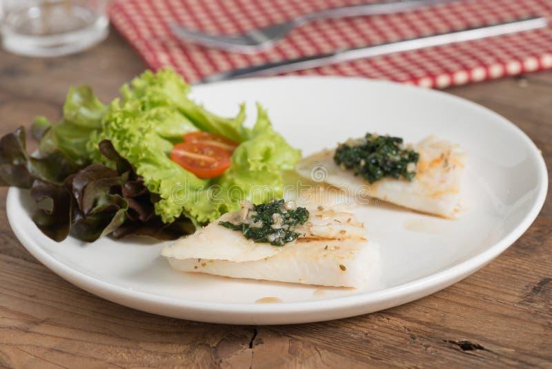 Limpe o alimento, a faixa de peixes com a manjericão e o molho de alho imagens de stock royalty free