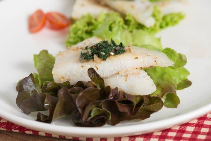 Limpe o alimento, a faixa de peixes com a manjericão e o molho de alho foto de stock royalty free
