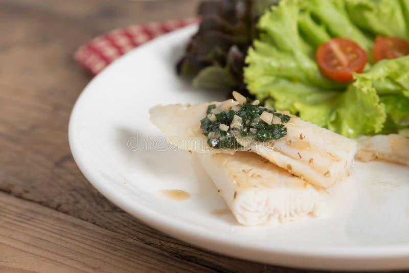 Limpe o alimento, a faixa de peixes com a manjericão e o molho de alho imagem de stock