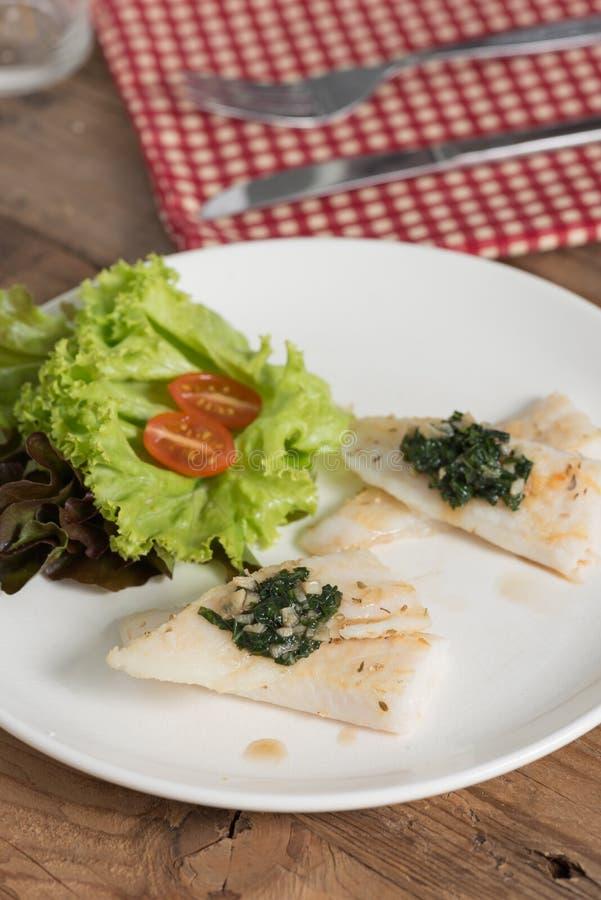 Limpe o alimento, a faixa de peixes com a manjericão e o molho de alho no pla branco imagens de stock royalty free